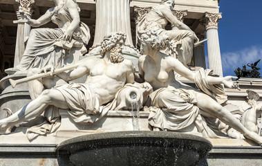 Wien - Parlament - griechische Statuen