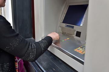 femme au distributeur de billets