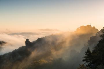 Hunskirche im Morgennebel bei Sonnenaufgang