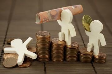 Symbolische Darstellung mit Figuren aus Holzvon finanziellem Aufstieg und Fall