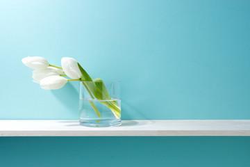 青い背景と棚と花瓶