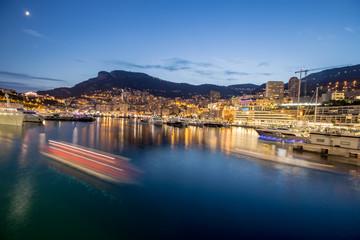 Beleuchteter Monaco Hafen bei Nacht