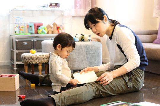 絵本の読み聞かせをする親子