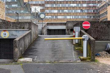 Einfahrt mit Schranke Parkplatz
