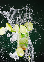 Poster de jardin Eclaboussures d eau fresh mojito drink with liquid splash, freeze motion.