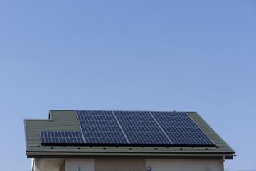 住宅 ソーラーパネル 施工例 シンプル 青空コピースペース