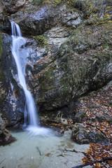 Le rocce bagnate da una piccola cascata