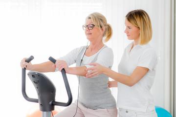 therapeutin überwacht patientin am ergometer