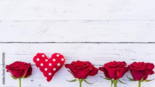 liebe herz rote rosen wei er hintergrund holz stockfotos und lizenzfreie bilder auf fotolia. Black Bedroom Furniture Sets. Home Design Ideas