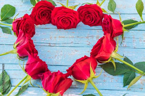 rote rosen in herz form symbol liebe stockfotos und lizenzfreie bilder auf bild. Black Bedroom Furniture Sets. Home Design Ideas