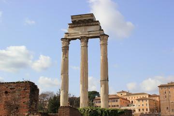 Die Säulen des Castor und Pollux-Tempels im weltberühmten Forum Romanum (Rom)