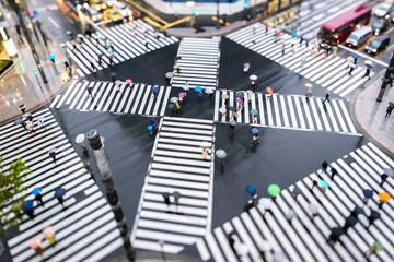 Fotomurales - Menschen in Bewegung auf einer Straßenkreuzung