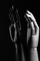 Mano nera espositore e mano di legno per modellismo simbolo di amicizia