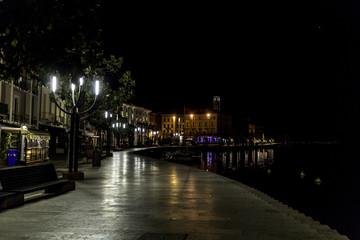 passeggiata notturna sul lago di garda