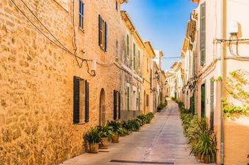 Fototapete - Schmale Gasse in Alcudia Spanien Mallorca