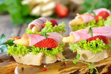 Fingerfood mit weißem Spargel, Schinken und Erdbeeren - Finger food with white asparagus, cooked ham and fresh strawberries