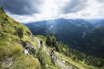 Slovenia, Istria, Slatnik, two mountain bikers on the way downhill