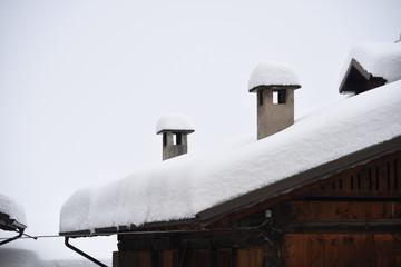 Cerca immagini tetto con neve for Casa montagna camino