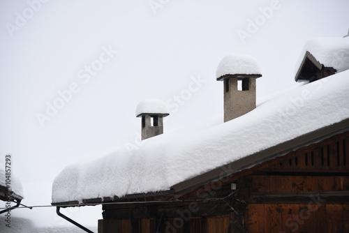 Tetto casa tetti case di montagna camino tetto con neve for Fotografie di case