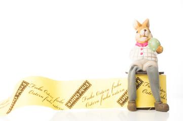 Osterhase sitzt auf geschenkbandrolle