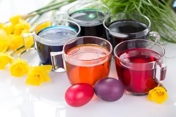 Barwienie jajek, malowanie pisanek wielkanocnych barwnikami spożywczymi