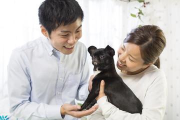 ペットを抱くカップル