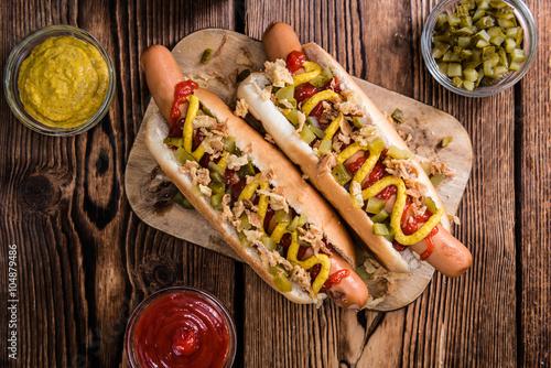 fresh made hot dog stockfotos und lizenzfreie bilder auf bild 104879486. Black Bedroom Furniture Sets. Home Design Ideas