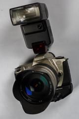 Spiegelreflexkamera mit Objektiv und Blitzgerät