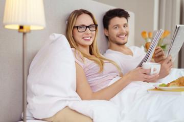 entspanntes paar genießt ein freies wochenende