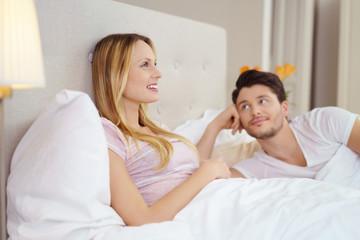 junger mann schaut seine freundin verliebt an