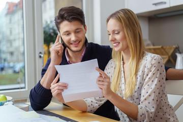 paar ruft bei einer service-hotline an um eine frage zu klären