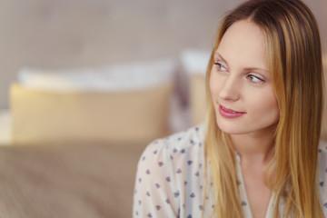 attraktive blonde frau schaut in gedanken zur seite