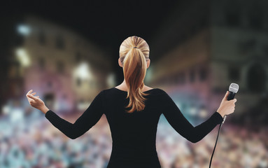 Donna su palco discorso microfono