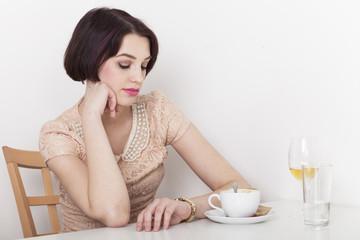 Frau blickt ungeduldig auf ihre Uhr und wartet auf ihren Freund