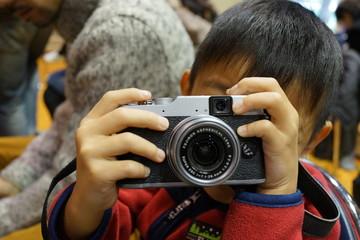 カメラを構える子ども 写真を撮る少年 小さなカメラマン