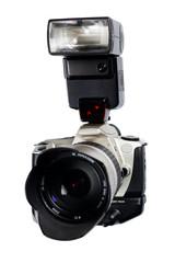 Analoge Spiegelreflexkamera mit Universalobjektiv, Batteriegriff und Aufsteckblitz