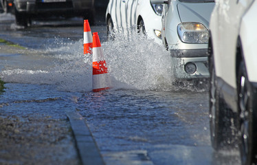 Voitures passant dans une rue inondée