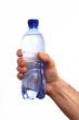 Mano sujetando una botella de agua mineral en fondo blanco.