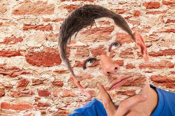 Tarnung - Mann getarnt vor einer Mauer - Photoshop Composing