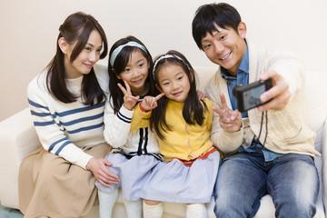 記念撮影をする家族
