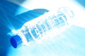 ペットボトル ミネラルウォーター青のイメージb