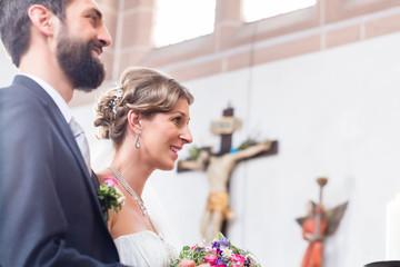 Braut und Bräutigam in Kirche vor Traualtar Wall mural