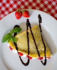 Foto: Sweet crepes with chocolate, cream and strawberries