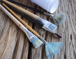 Gebrauchte Pinsel und Leinwand auf Holz / Treibholz Hintergrund