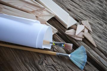 Gebrauchte Pinsel, Leinwand, Keilrahmen und Spannkeile auf Holz / Treibholz Hintergrund
