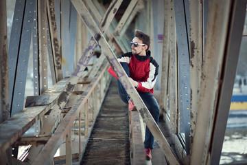 чувак под мостом