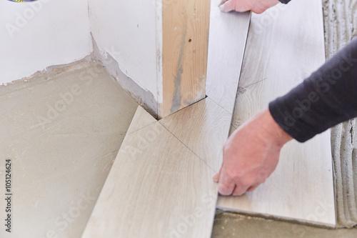 Piastrellista posa piastrelle finto legno fotos de archivo e im genes libres de derechos en - Posa piastrelle finto legno ...