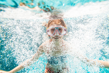 Child in the pool underwater