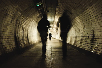 Two people walking in the tunnel Fotomurales