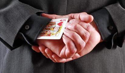 Mann versteckt eine Karte im Ärmel